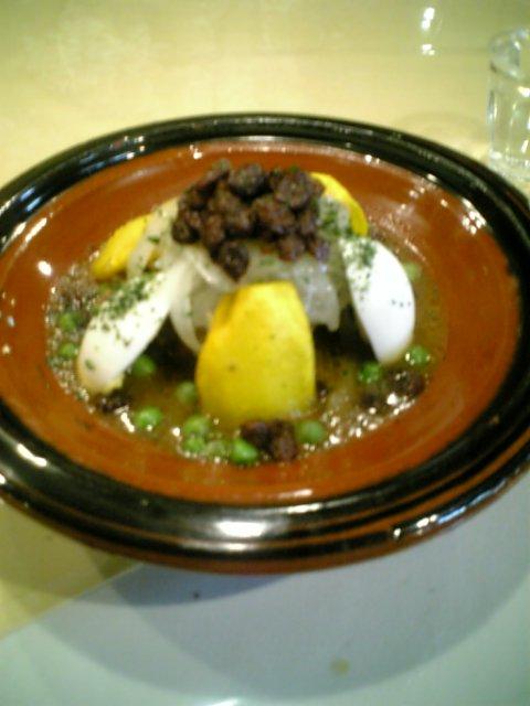 モロッコ料理を食べる
